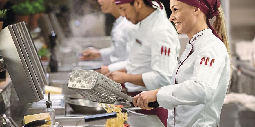 Geduldsprobe: Vapiano-Gäste sehen, wie ihr Essen zubereitet wird. Vor den Kochstationen heißt es jedoch vor allem warten.
