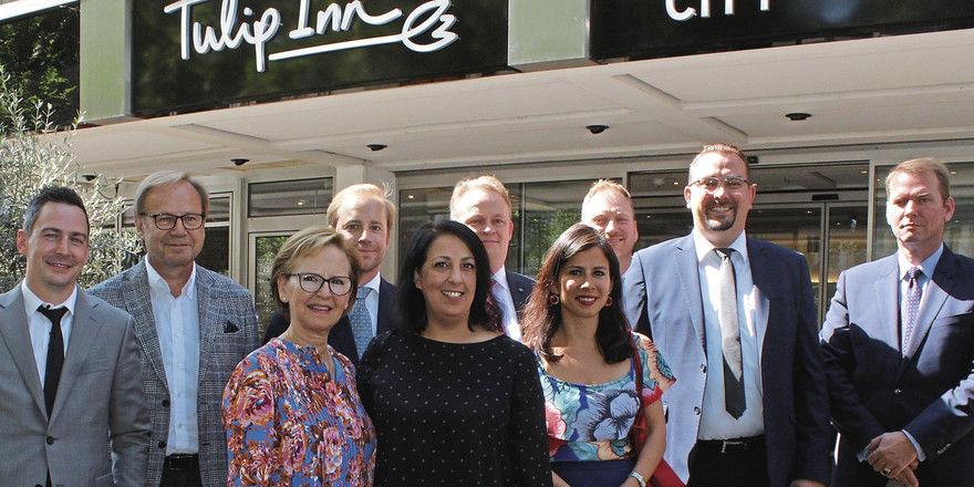 Harmonische Übergabe: Die ehemaligen Hotelbetreiber mit dem neuen Management und General Manager Laila Leonhard (Mitte).