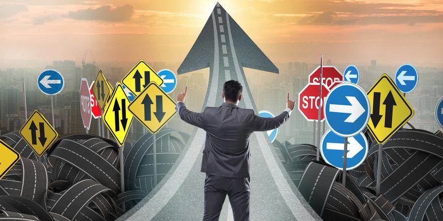 Welchen Weg nehmen? Führungskräfte sollten nicht alles allein bestimmen. Vor allem im operativen Bereich ist es sinnvoll, das Team mit einzubeziehen.