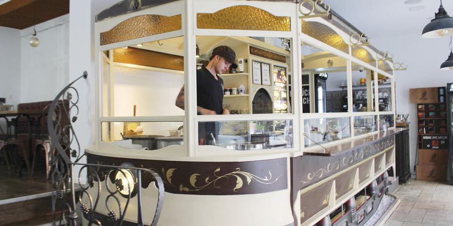 Alter Tram-Waggon: Im Café dient er als Küche und Theke