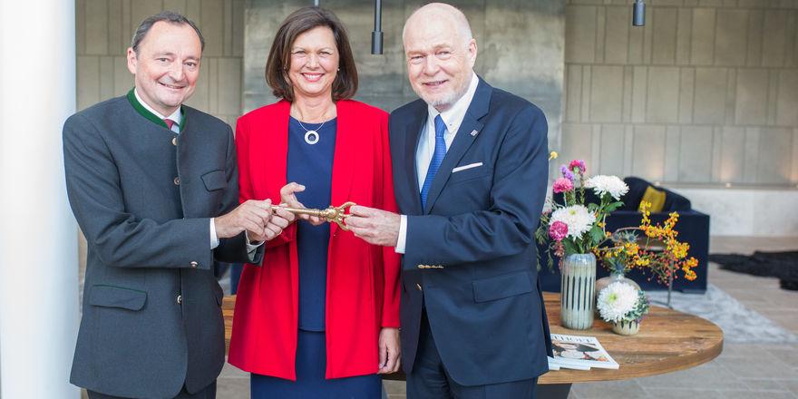 Schlüsselübergabe: (von links) Michael Kuemmerle, Ilse Aigner und Thomas H. Althoff