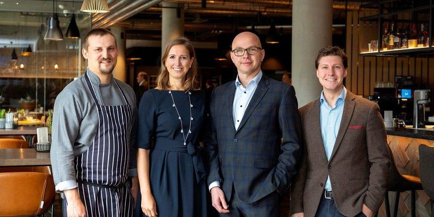 Freuen sich über die Eröffnung: (v. l.) Sebastian Glävke (Küchenchef), Petra Bierwirth-Schaal (Geschäftsführerin B&K), Michael Saling (General Manager) und Patrick Guberan (F & B Manager) im Böckmann's Daily food market