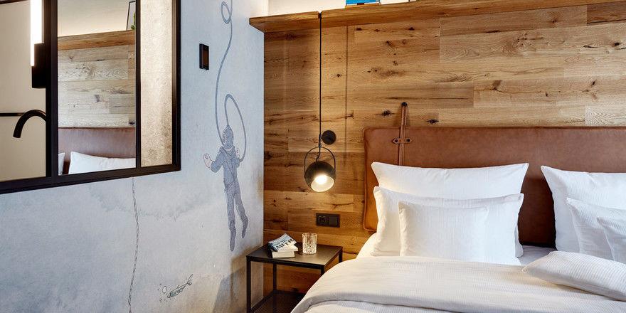 Ans Meer denken: Tauchermotiv an der Wand neben dem Bett