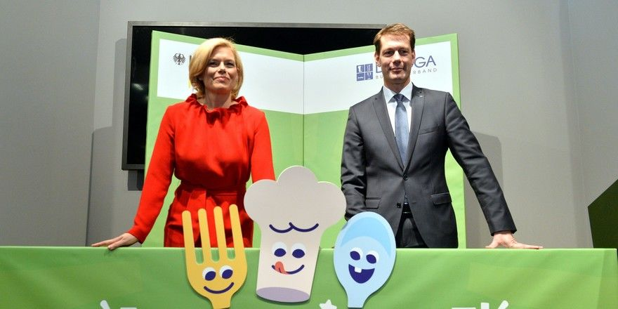 """Los gehts: Bundesernährungsministerin Julia Klöckner und DEHOGA-Präsident Guido Zöllick geben den Startschuss für den gemeinsamen Wettbewerb """"Ausgezeichnet! Deutschlands beste Kinderspeisekarten"""""""