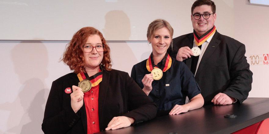 Deutschlands beste Nachwuchssystemer 2019: Die Siegerin Nadine Heissig (Mitte), der zweitplatzierte Joshua Muth und Antonia Ulrich, die den dritten Platz belegte