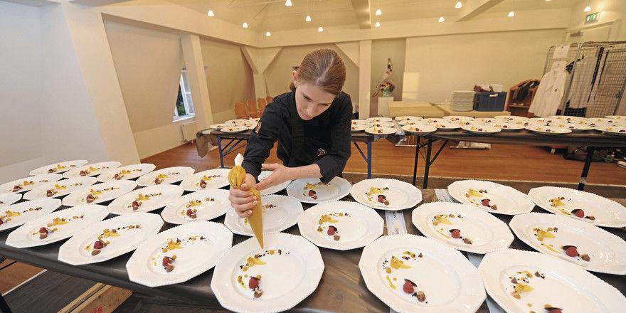 Exakt arbeiten in improvisierter Umgebung: Eine der vielen Herausforderungen im Partyservice- und Catering-Geschäft.