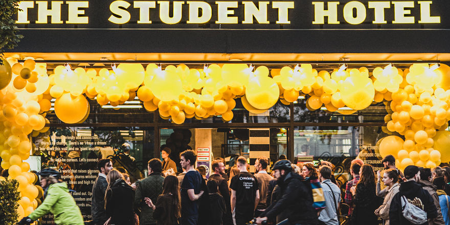 Gelbe Luftballons zur Eröffnung: Das The Student Hotel empfängt erste Gäste