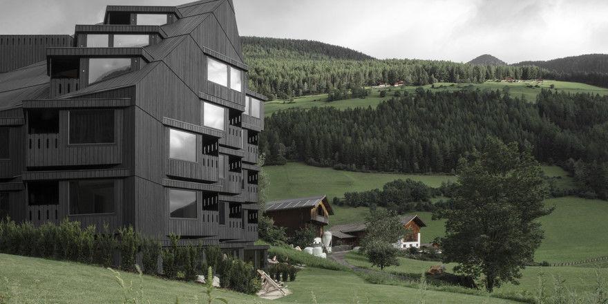 Markant: Der Anbau vom Hotel Bühelwirt im Ahrntal wirkt wie ein hölzerner Felsbrocken