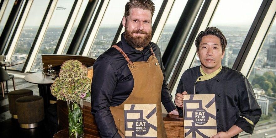 Freuen sich über das neue Buch: Qomo-Barchef Claus Liebscher und Chefkoch Masanori Ito