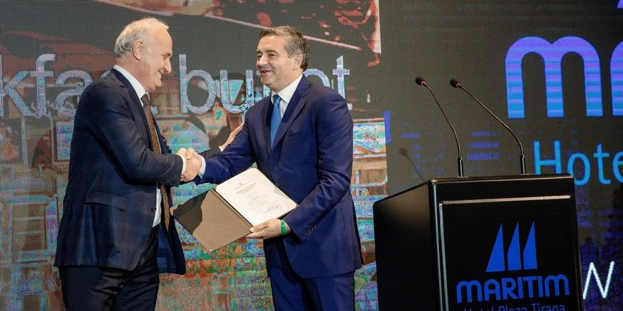 Feierliche Eröffnung: Blendi Klosi, Tourismusminister Albanien (rechts), überreicht die offizielle 5-Sterne-Zertifizierung an Hoteldirektor Behar Male (links)