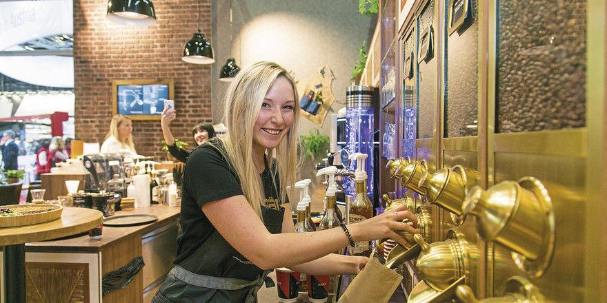 Zusatzgeschäft: Cafés mit Rösterei verkaufen ihre Bohnen auch zum Mitnehmen.