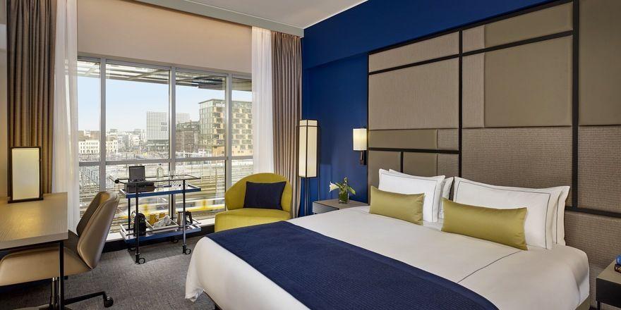 Stilvoll: Der Executive Room mit raumhohen Fenstern bietet Ausblick auf die Stadt.