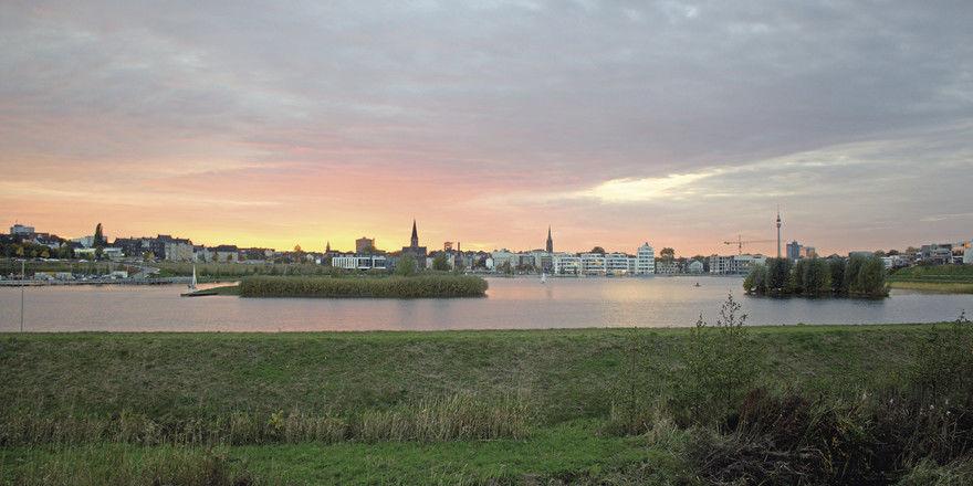 Der Phoenixsee in Dortmund: Die Hotels in der Stadt haben sich im Vergleich zum Vorjahr am Feiertagswochenende bei den Kennzahlen am stärksten verbessert.