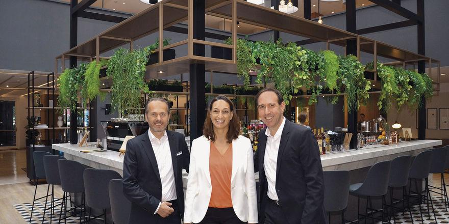 Neues Zentrum des Hotels: (von links) Mario Maxeiner, Natalia Perez und Hannes Dreher vor der Bar.