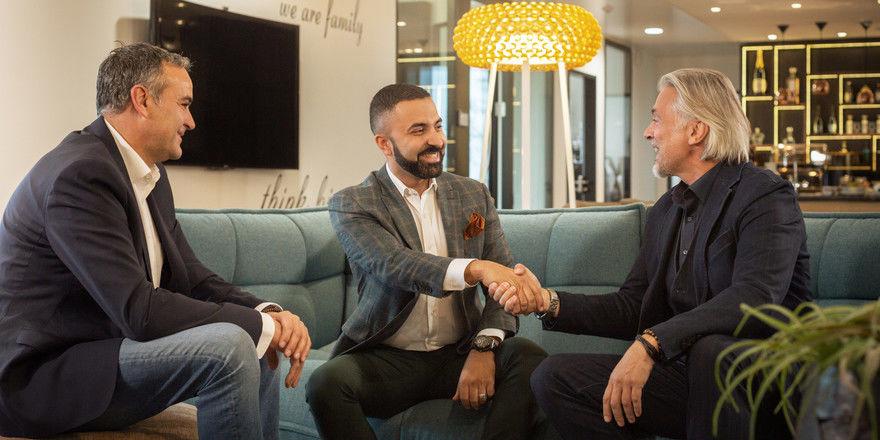 Vertragsabschluss: Novum-Chef David Etmenan (Mitte) mit den Projektpartnern Erik Hauser (links) und Lars Thiery von der Hauser & Thiery Verwaltungs GbR