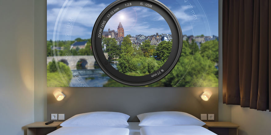 Eyecatcher: Das Wandpaneel in den B&B-Zimmern in Wetzlar mit Blick auf die Lahn und Altstadt