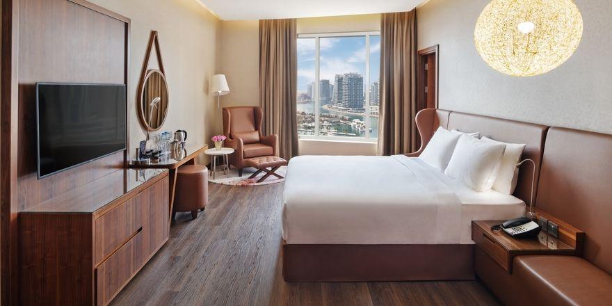 Mit Ausblick: Zimmer im Radisson Blu - Dubai Canal View