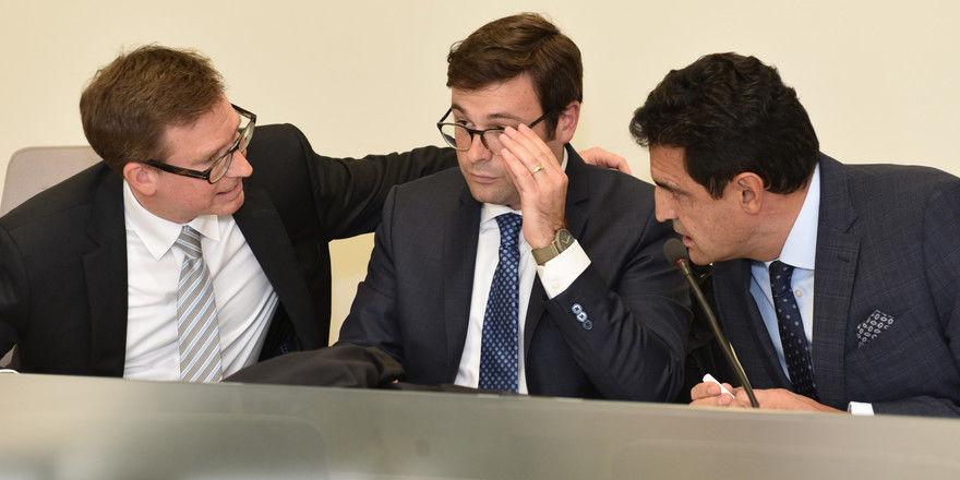 Beratungen laufen noch: Kläger Matthias Ganter mit Rechtsanwälten bei einer früheren Verhandlung