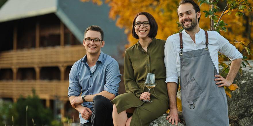 Gastgeber in der Mühle: Marius Tröndle (links), Kerstin Bauer und Max Goldberg begrüßen Gäste am Schluchsee