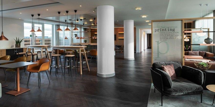 Hommage an Buchdruck und Literatur: Die M Club Lounge im Frankfurt Airport Marriott Hotel nimmt im Design entsprechende Bezüge auf