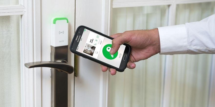 Flexibles Türöffnen: Mit der mobilen Zutrittslösung Just In Mobile können mehrere mobile Schlüssel in einer App gespeichert werden
