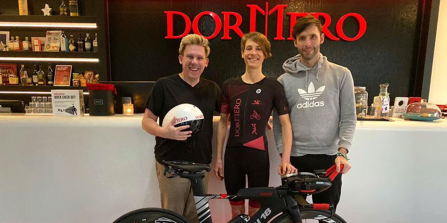 Sind bereit: (von links) Dormero-Sportvorstand Michael Berger, Triathletin Elena Illeditsch und Dormero-Eigentümer Marcus Maximilian Wöhrl