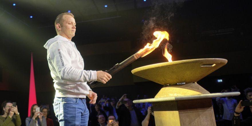 Ein Olympia-Sieger für die IKA: Turner Fabian Hambüchen entzündet die Olympische Flamme