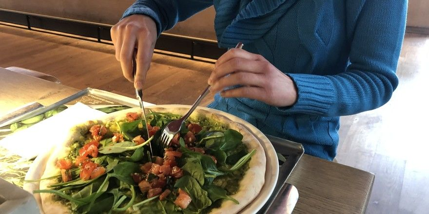 Probeessen: Den ahgz-Kollegen hat die vegane Pizza gut geschmeckt