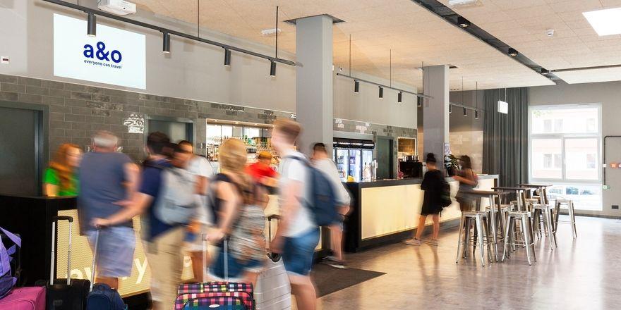 Blick in die Lobby des a&o Berlin Mitte: Smarte, zielgruppenspezifische Werbung auf Bildschirmen oder per Beamer