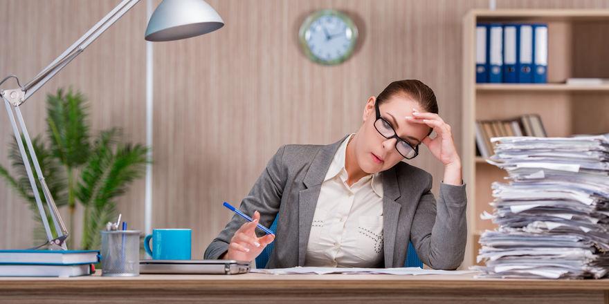 """Papierkram: Laut der Studie leisten die Unternehmen der Branche auf Grund von Bürokratievorgaben durchschnittlich 14 """"Überstunden"""" pro Woche"""