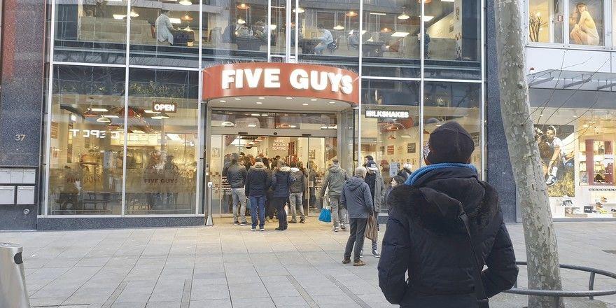 Urbaner Treffpunkt: Das Stuttgarter Five Guys ist seit seiner Eröffnung im Februar regelmäßig hoch frequentiert