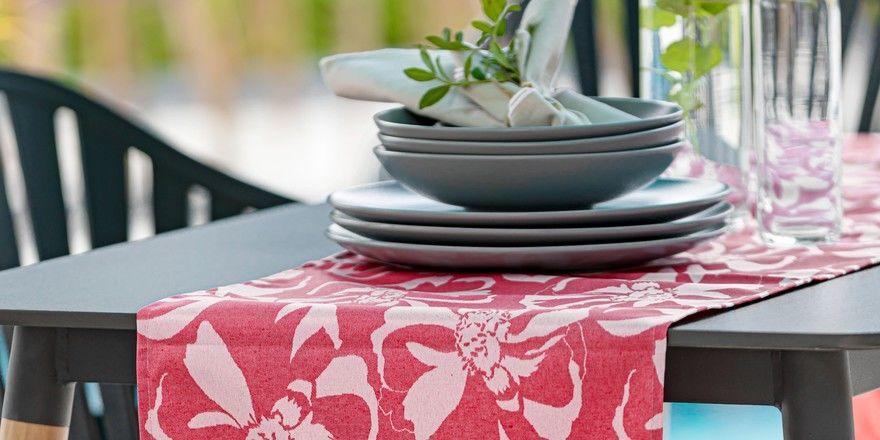Vielseitige Gestaltungsmöglichkeiten: Der Outdoor-Tischläufer Arlon rot aus dem Hause EM