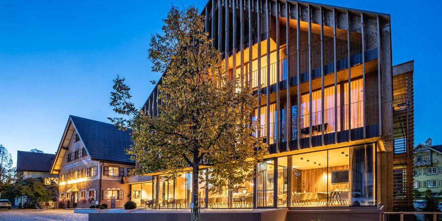 Imposant: Das Ellgass Allgäu-Hotel fügt sich harmonisch in den Dorfplatz ein