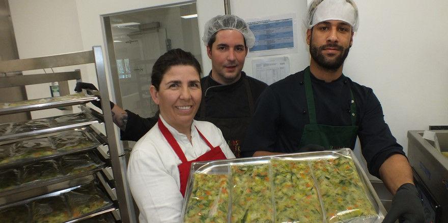 Ein starkes Team: Katharina Inselkammer mit Küchenchef Oliver Munder (Mitte) und dem syrischen Beikoch Luay Jaddoa