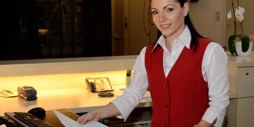 Abstand bitte: Auch an der Hotel-Rezeption gilt es in Corona-Zeiten auf mehr Distanz zu achten