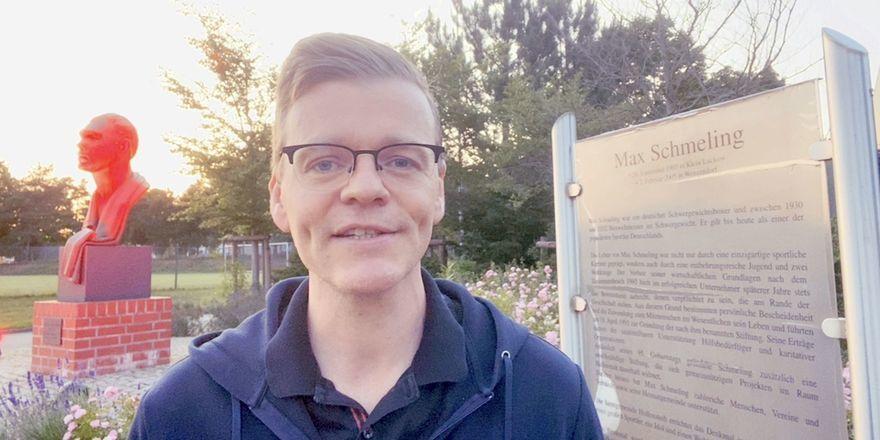 Hat Aufmerksamkeit erzeugt: VDVO-Chef Bernd Fritzges vor dem beleuchteten Max-Schmeling-Denkmal in Hollenstedt