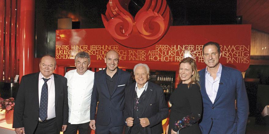 Drei Große und der Neue: Matthias Hahn (Dritter von links) – wird von den Spitzenköchen Heinz Winkler, Hans Haas und Eckart Witzigmann sowie dem Tantris-Chef Felix Eichbauer und dessen Ehefrau Sabine im Restaurant begrüßt