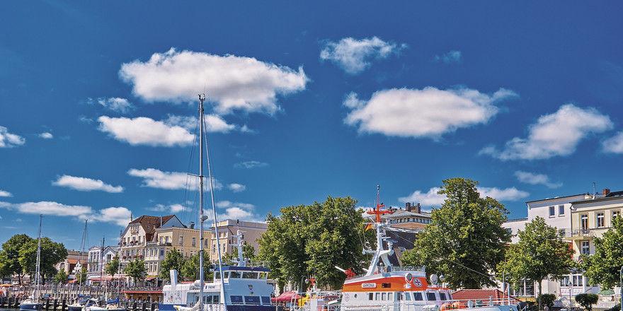 Hafenpromenade: Urlaub an der Küste ist dieses Jahr in Deutschland besonders begehrt.