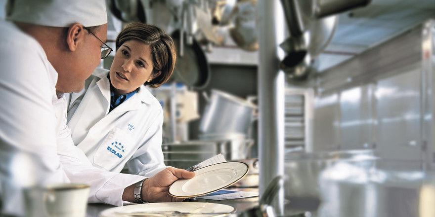 Am besten nach Plan: Wer eine hygienisch saubere Küche will, kann sich von Experten, wie hier von Ecolab, beraten lassen.
