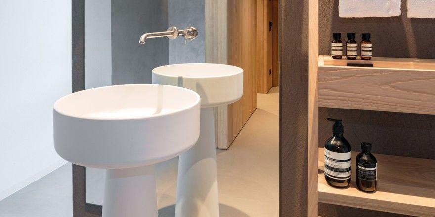 Gut inszeniert: Ein bodentiefer Spiegel am Waschtisch - wie hier im Schgaguler Hotel in Kastelruth - lässt das Bad größer wirken