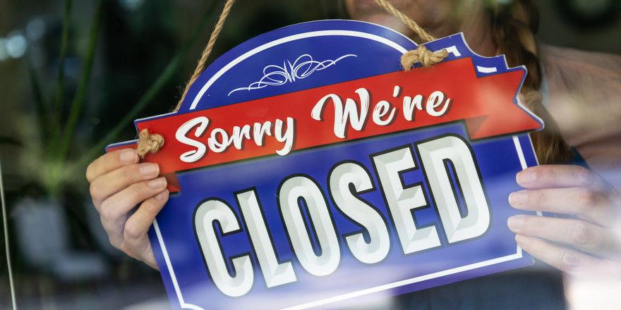 Umsatzausfall: Für die Schäden durch die behördlich angeordnete Corona-bedingte Schließung der Lokale muss die Betriebsschließungsversicherung in der Regel nicht haften.