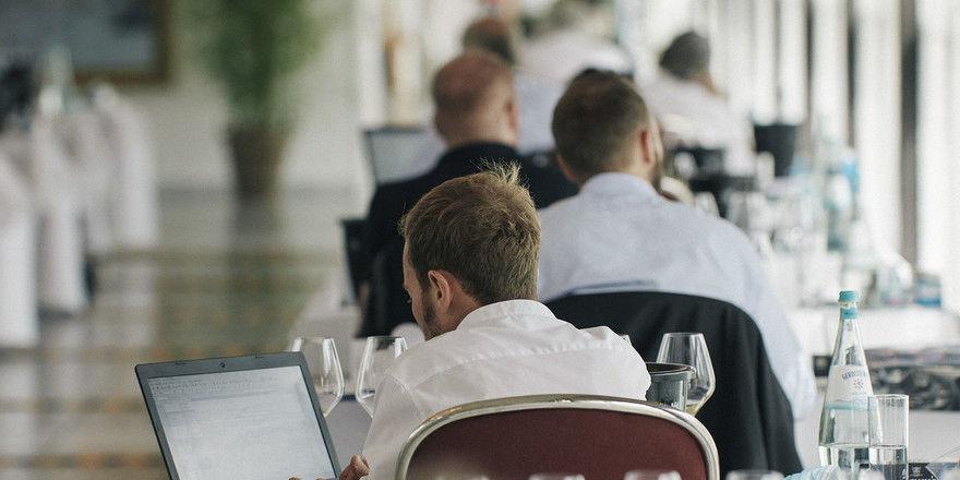 Konzentriert: Weinexperten bei der Verkostung der Großen Gewächse in Wiesbaden