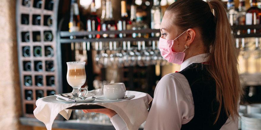 Maske allein reicht nicht: Inzwischen gibt es einen 80 Einzelmaßnahmen umfassenden Hygienestandard für die Gastronomie. Er soll Sicherheit für Gäste und Mitarbeiter schaffen