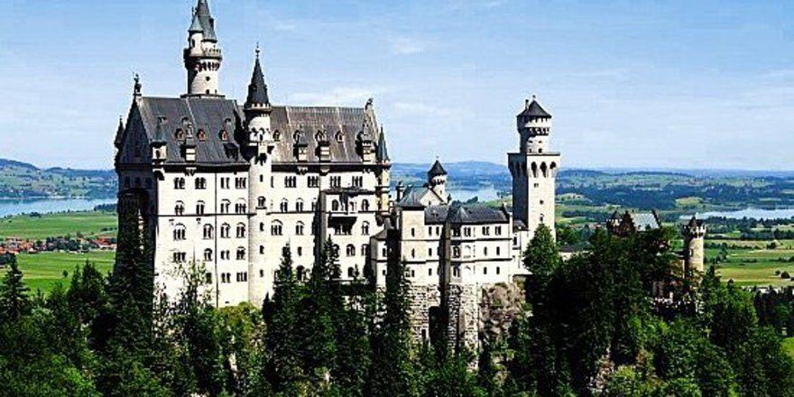 """Besuchermagnet: <em>Mehr Touristen als im Vorjahr haben 2006 die Attraktionen des Allgäus wie das Schloss Neuschwanstein besucht <tbs Name=""""foto"""" Content=""""*un*gw.6,5""""/>"""