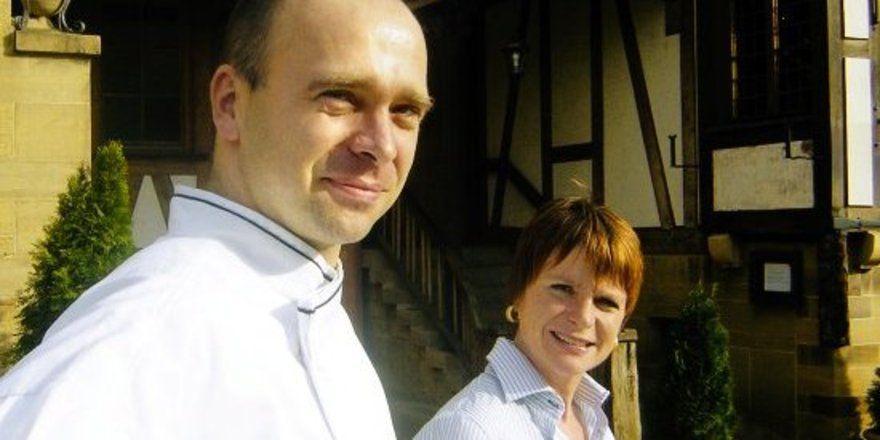 "Kommen auch zum Gast: <em>Sabine und Christian Pilz <tbs Name=""foto"" Content=""*un*gw.6,5""/>"