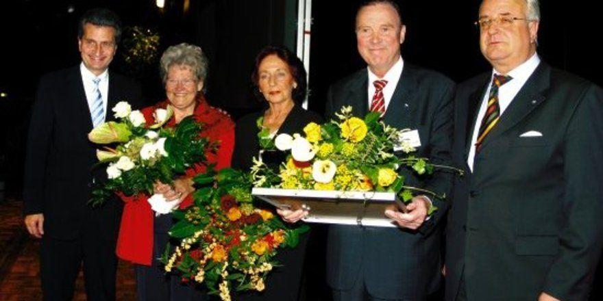 """Verdiente Ehre: <em>(von <spchar Name=""""EMSQ18""""/>links) Ministerpräsident Oettinger, Hannelore Wolf, Renate Heitz, Klaus Bolanz und DEHOGA-Präsident Peter Schmid <tbs Name=""""foto"""" Content=""""*un*gw.6,5""""/>"""