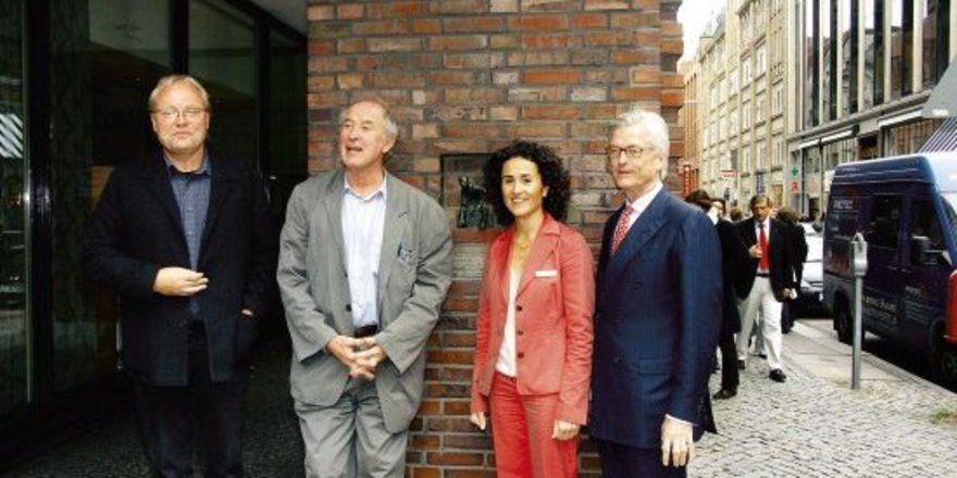 """Feiern das Jubiläum: <em>Direktorin Madeleine Marx mit (von links) Autor Ulrich Höhns, Architekt Volkwin Marg und Eigentümer Nikolaus Broschek <tbs Name=""""foto"""" Content=""""*un*gw.6,5""""/>"""