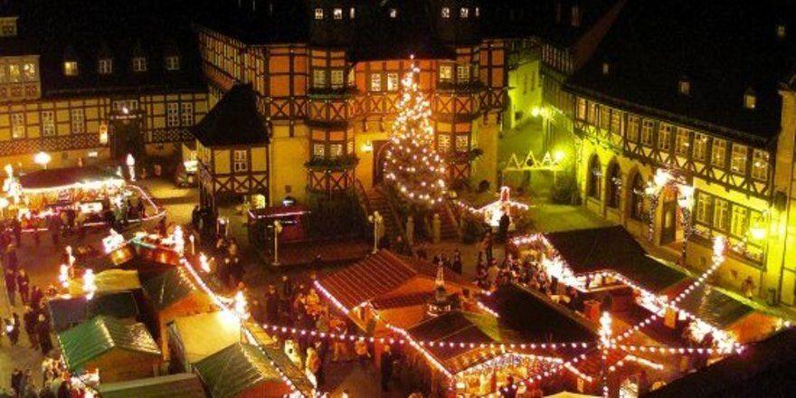 """Gute Geschäfte im Lichterglanz: <em>Der Weihnachtsmarkt in Wernigerode lockt Gäste an <tbs Name=""""foto"""" Content=""""*un*gw.6,5""""/>"""