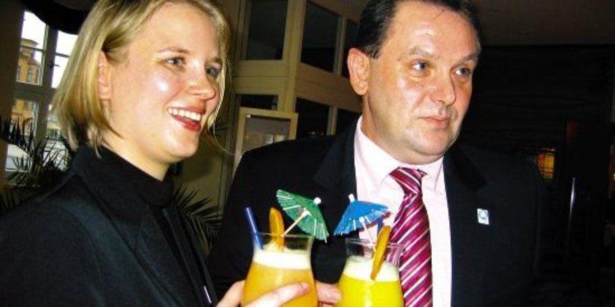 """Cocktail-Genuss: <em>(von links) Udo Niehoff und Doreen Schwarze<tbs Name=""""foto"""" Content=""""*un*gw.6,5""""/>"""