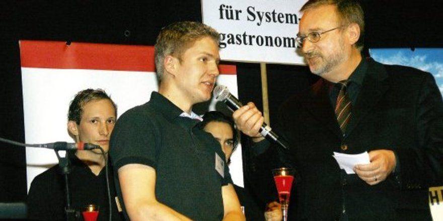 """Wirbt für Systemgastronomie: <em>Schulleiter Robert Panz (rechts) <tbs Name=""""foto"""" Content=""""*un*gw.6,5""""/>"""